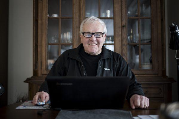 Kundecase - IVRIG LESER: Sigbjørn leser mye, også på nett.